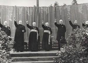 1933-08-priester-m-hitlergruss-f-hitler-berlin-neukoelln-stadion