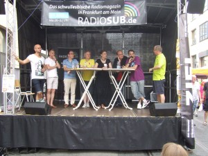"""Politbühne am Sonntag Nachmittag. Sascha von DKP queer mit Vertreter_innen von der Partei """"DIE LINKE."""", Piratenpartei, FDP, SPD, Grüne zum Thema """"Wie Tolerant ist die Community?"""""""