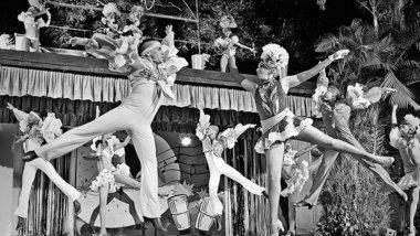 Showtime im Rumayor! Kabarett, das ist Kuba pur – farbenprächtige Kostüme, lateinamerikanische Rhythmen und akrobatische Tanzeinlagen Foto: Mario Arcadi