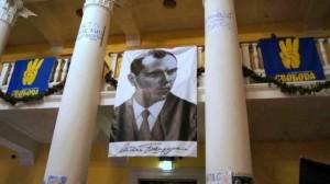 Portrait des Nazi-Kollaborateurs Stepan Bandera und Swoboda Fahnen im Rathaus Kiew