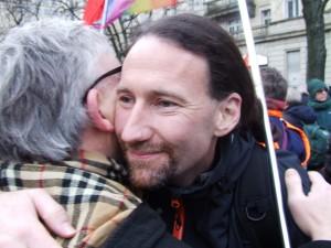 Zwei DKP queer Genossen begrüßen sich am Frankfurter Tor.
