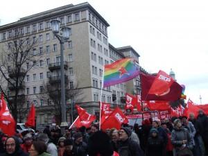 Rote Fahnen sieht man besser! Ja das stimmt! Aber in einem Meer von roten Fahnen fällt unsere DKP queer Fahne sehr gut auf!