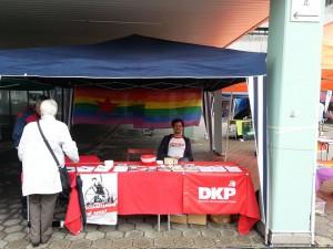 """Neben DKP queer hatten unter anderem die Partei """"DIE LINKE."""" die SPD, die FDP (für etwa 30 min), die Piratenpartei die Grünen, die CDU und die Partei Mensch Natur Umwelt dort einen Stand."""