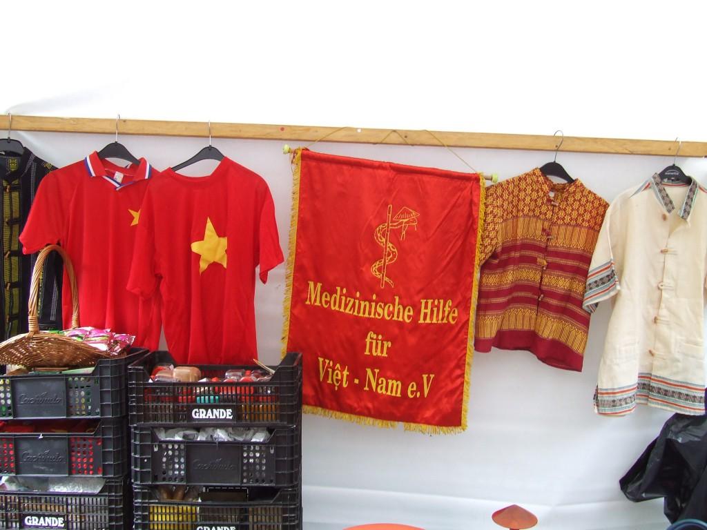 Solidarität mit dem sozialistischen Vietnam! Auch diesesmal hat Ursula Nguyen mit ihrem Stand des Vereins Medizinische Hilfe für Vietnam e.V. viel geleistet!